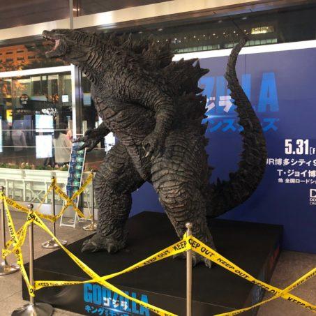 JR博多駅に「ゴジラ」襲来!見つけたらラッキー!?「ゴジラアドトレーラー」が九州を走る!