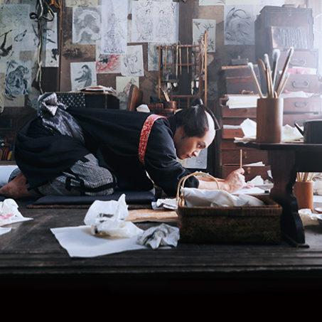 5/28(金)公開『HOKUSAI』特製グッズ「波裏ロールの文具ケース」プレゼント!